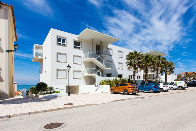 House with two bedrooms located in the prime area of the Praia d'El Rey Resort & Golf Resort. Beautiful sea view and golf.