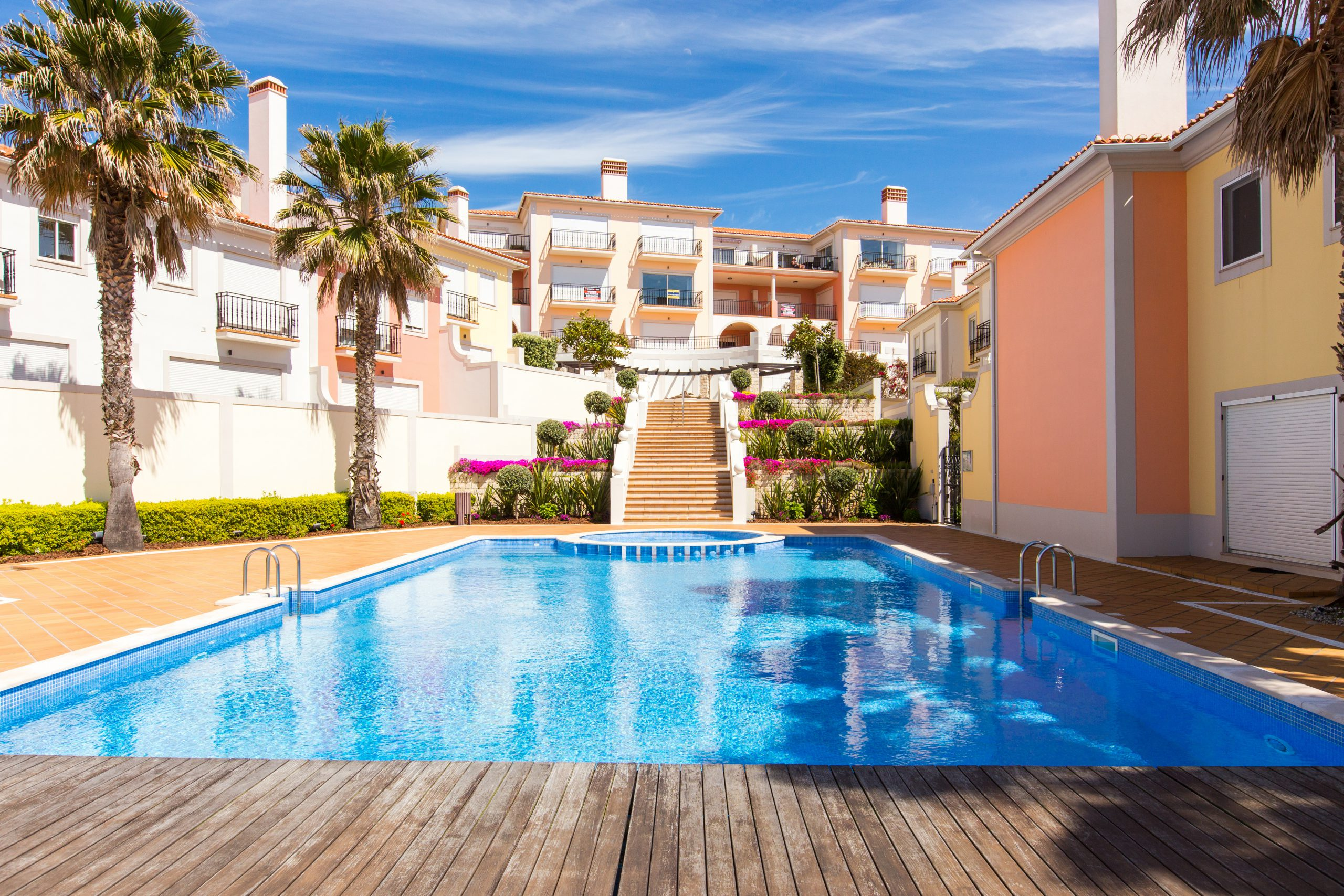 2 Bedroom Townhouse, with shared pool, 2 minutes from the beach